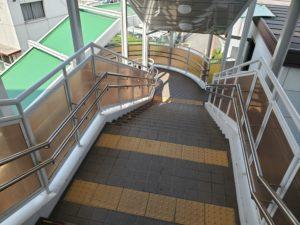 須ケ口駅の階段を降りたら交番前へ